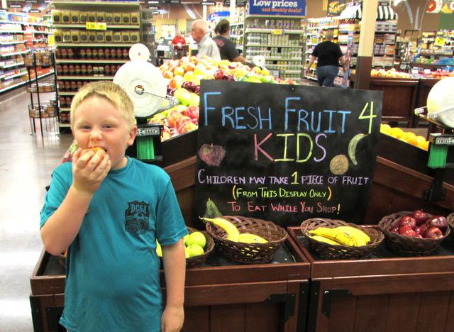 Supermercado cria programa que dá frutas de graça para crianças