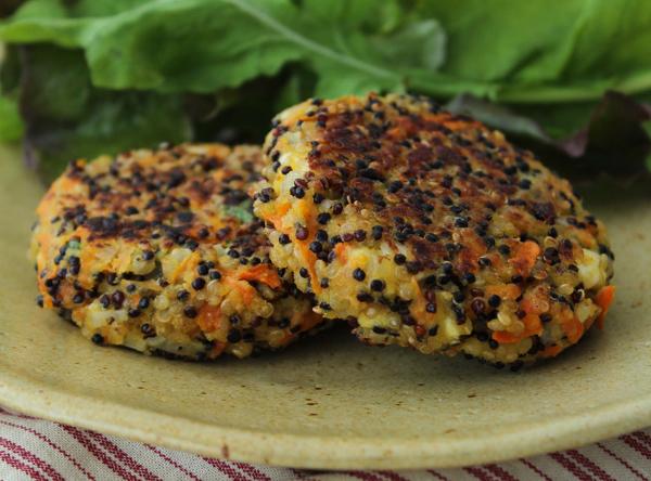 Hambúrguer vegetariano de quinua e cenoura