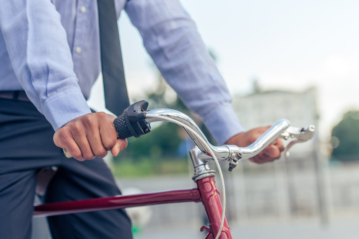 Servidor que vai de bike até o trabalho ganha folga extra em Salvador