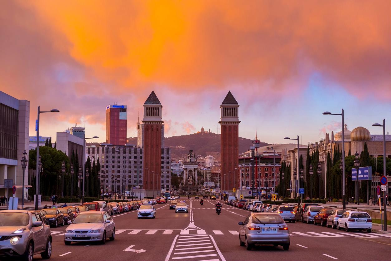 Barcelona proíbe carros antigos para combater a poluição do ar