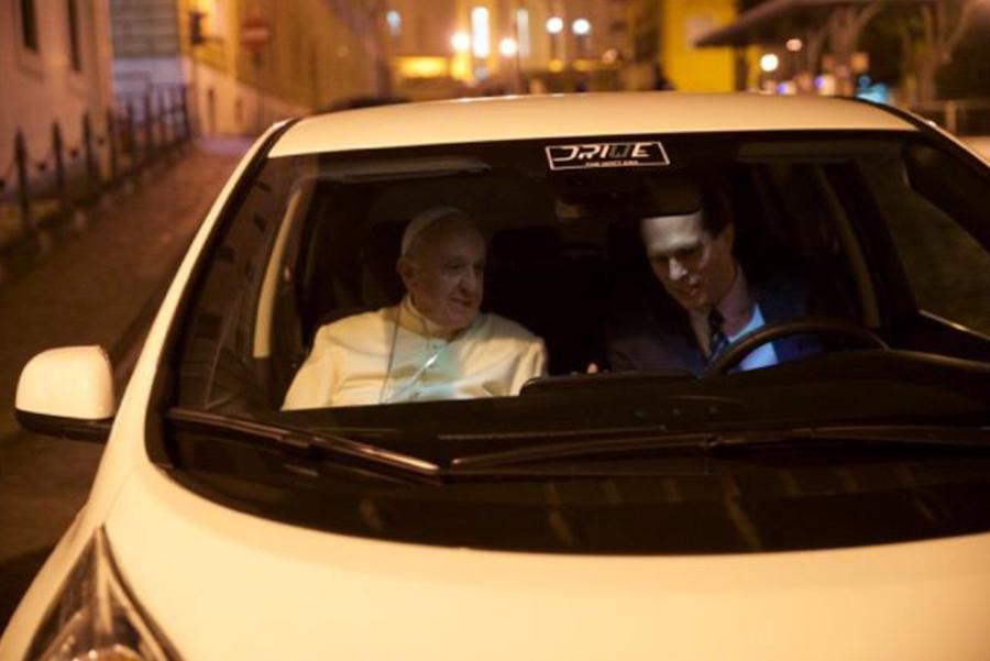 Papa Francisco passa a usar carro 100% elétrico