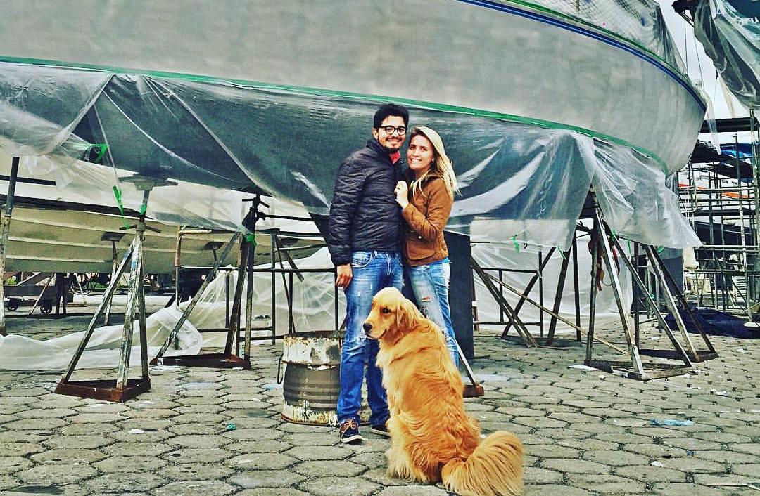 Jovem casal deixa vida em São Paulo para viajar de veleiro pelo mundo com seu cachorro