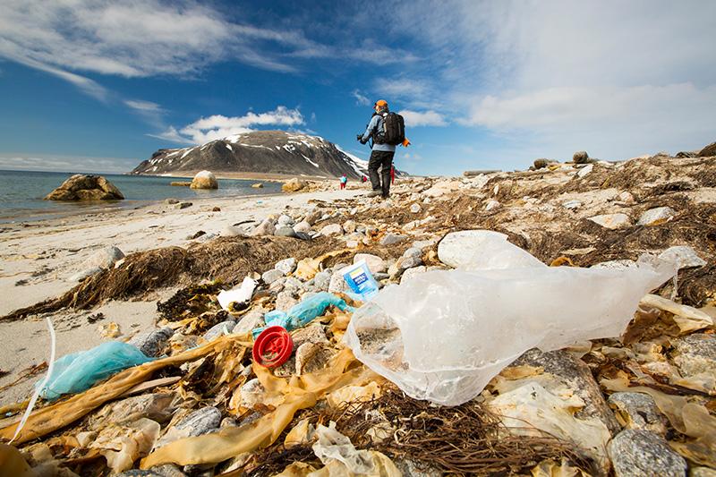 Centenas de bilhões de lixo plástico estão indo parar no Ártico