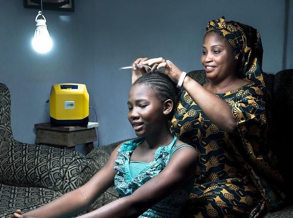Projeto fornece kits de energia solar e muda vida de população na Nigéria