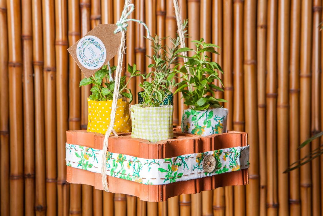 Aprenda a fazer um vaso suspenso com tijolo