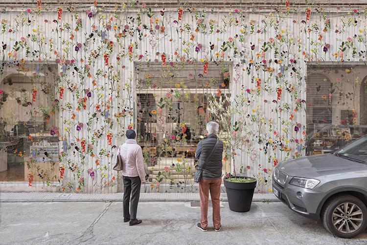 Estúdio na Itália transforma fachada em cortina verdejante com 2 mil flores e ervas