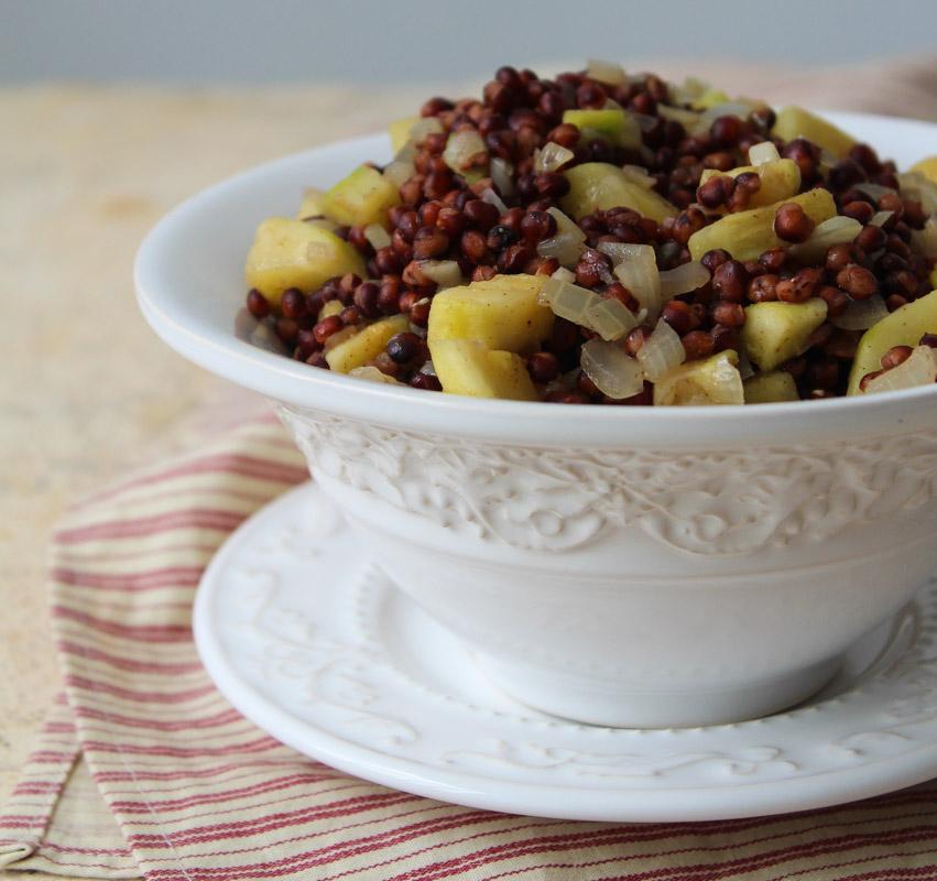 Salada de grãos de sorgo e abobrinha