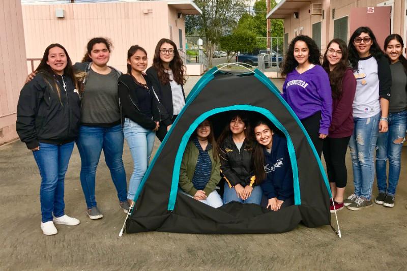 Garotas de baixa renda criam barraca solar que vira mochila