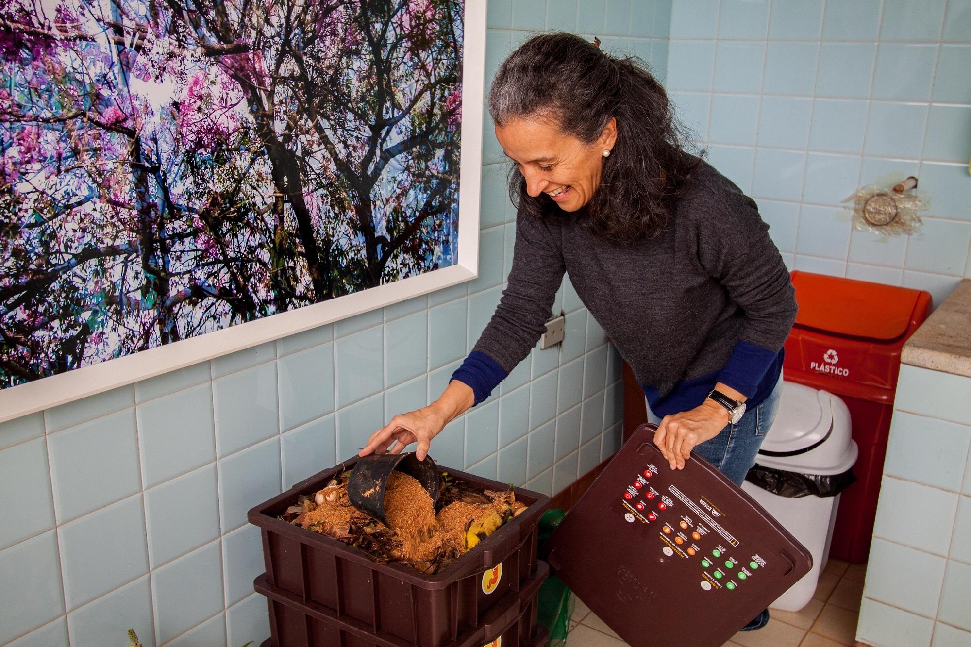 Maria Augusta mostra composteira do Espaço Criar - Foto Douglas Luzz (1)