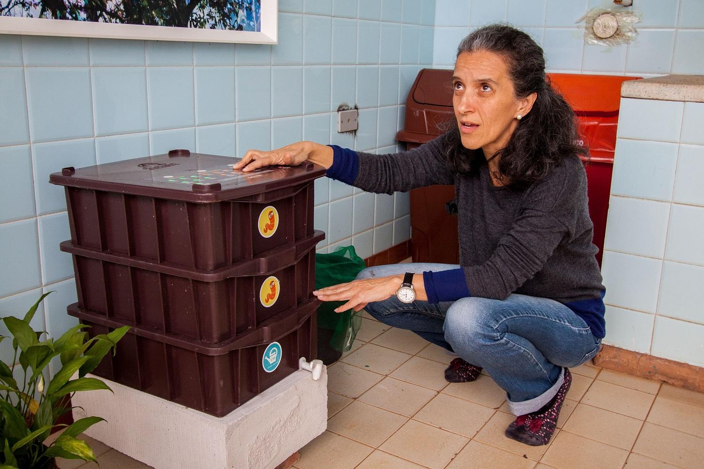 Maria Augusta mostra composteira do Espaço Criar - Foto Douglas Luzz (3)
