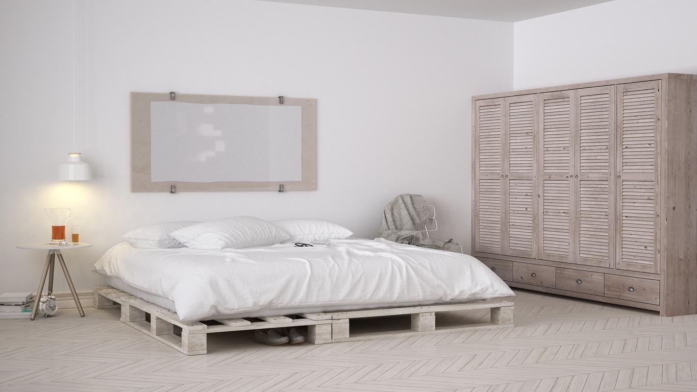 Para quem gosta de um ar mais rústico, basta juntar alguns pallets no chão e você terá uma bela cama. Dá para pintar o estrado para combinar com o ambiente do quarto.