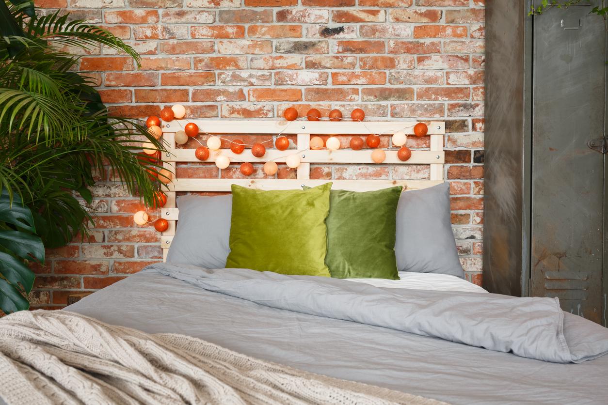 Aqui, além da cama rústica, as luzes de bolinha dão um charme especial.