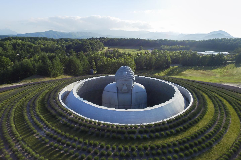 150 mil pés de lavanda criam ambiente de paz em cemitério no Japão