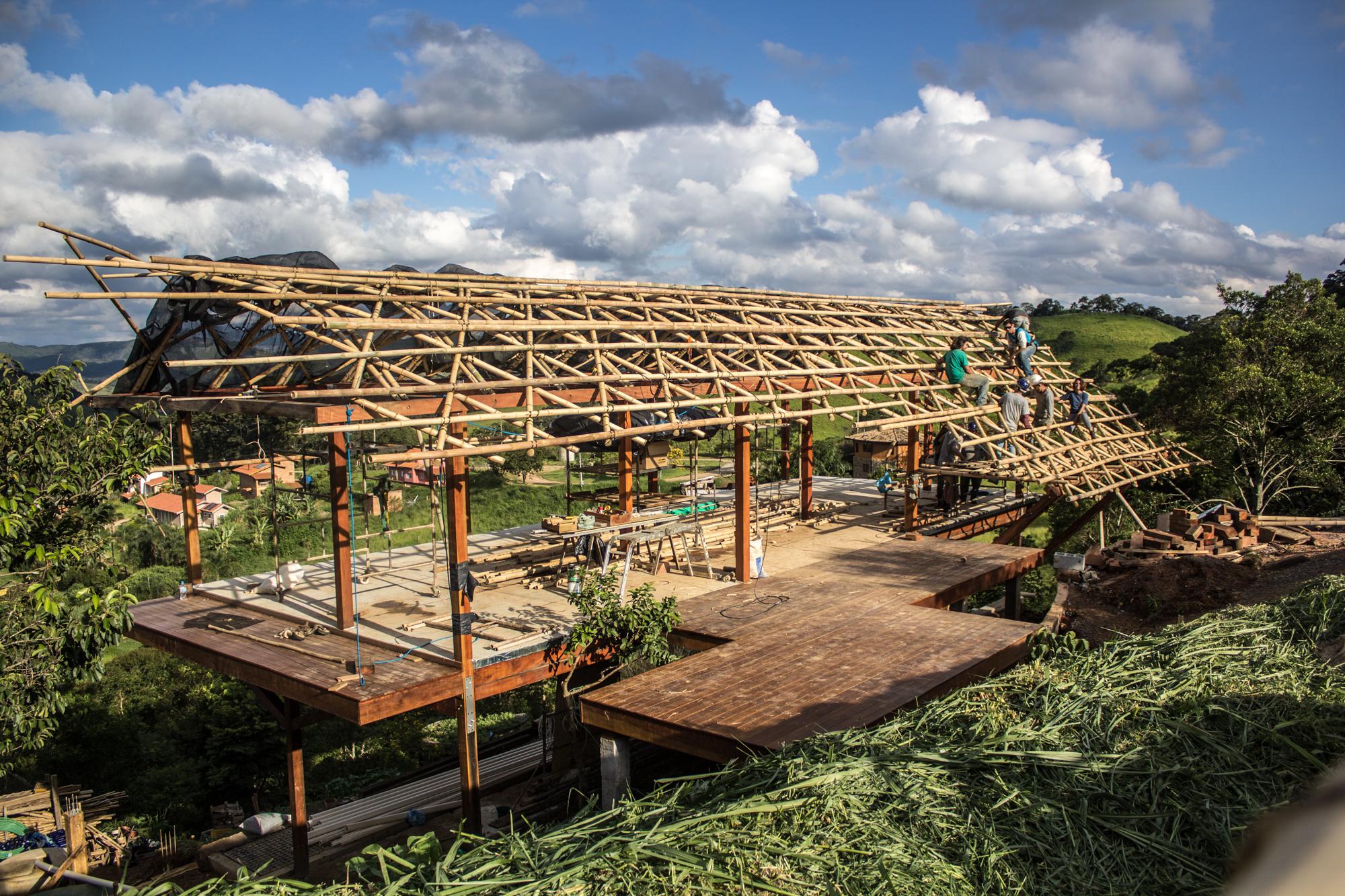 Projeto da Gera Brasil Arquitetura, na Ecovila Clareando, o telhado de bambu foi construído pelo bambuzeiro Bruno Sales