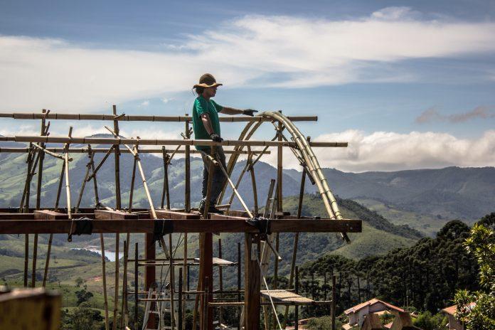 O bambuzeiro Bruno Sales vai conduzir uma visita guiada em casa na Ecovila Clareando, onde ergueu o telhado de bambu