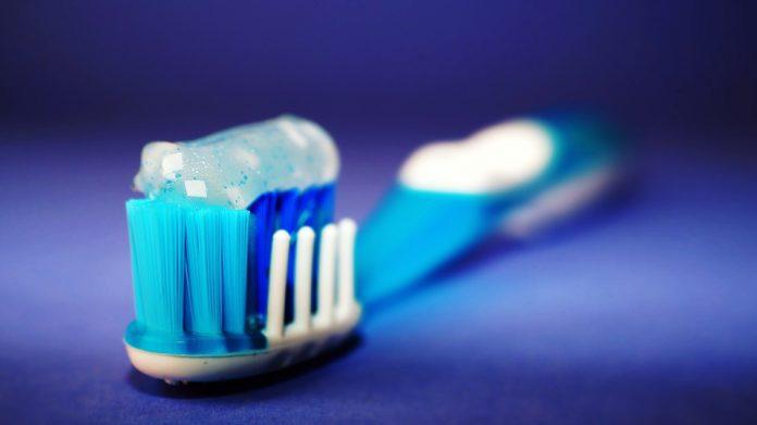 Pasta de dente com microplástico