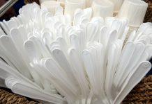 Talheres e copos de plástico descartável
