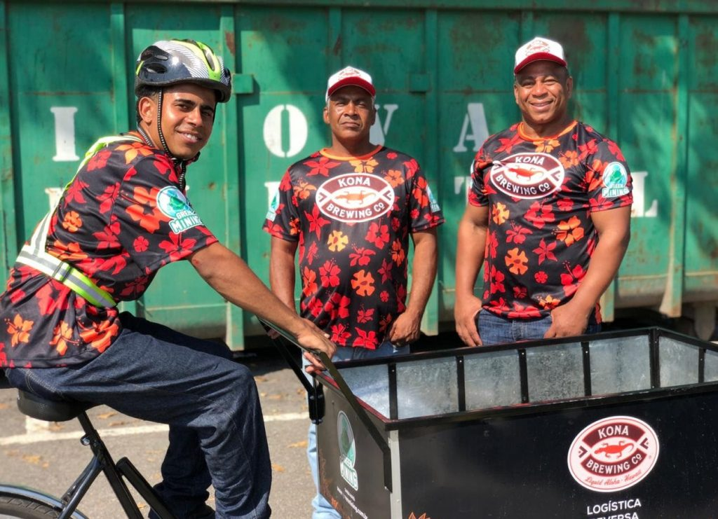 Trabalhadores e triciclo da Green Mining