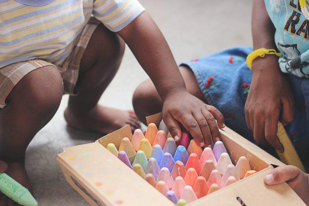 crianças brincam