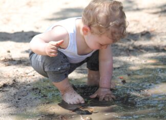 crianças lama