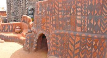 Mulheres Tiébélé decoram casas de barro em Burkina Faso